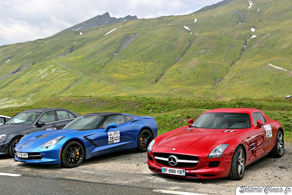 Mercedes SLS red, Chevrolet Corvette C7 blue